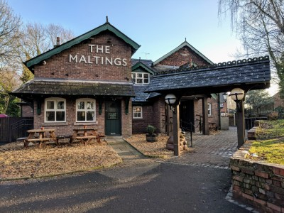 Award-Winning Dog-Friendly Pub Just 2 Miles from the M62, Junction 8 or 9, Cheshire - Driving with Dogs