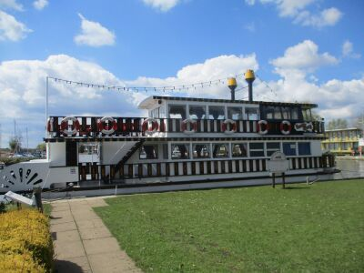 Dog-friendly boat trip and riverside refreshments, Norfolk - Driving with Dogs