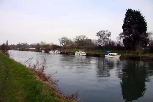 Historic waterside inn with dog walk, Oxfordshire - Dog walk by the Thames.jpg