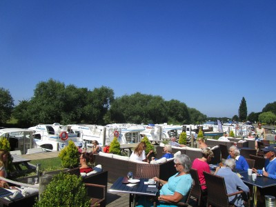 Waterside dog walk and dog-friendly cafe on the Thames, Oxfordshire - Driving with Dogs