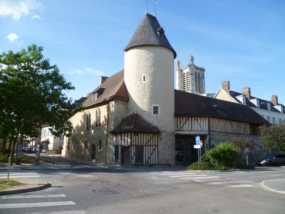 A26 exit 23 doggiestop in Troyes, France - Image 3