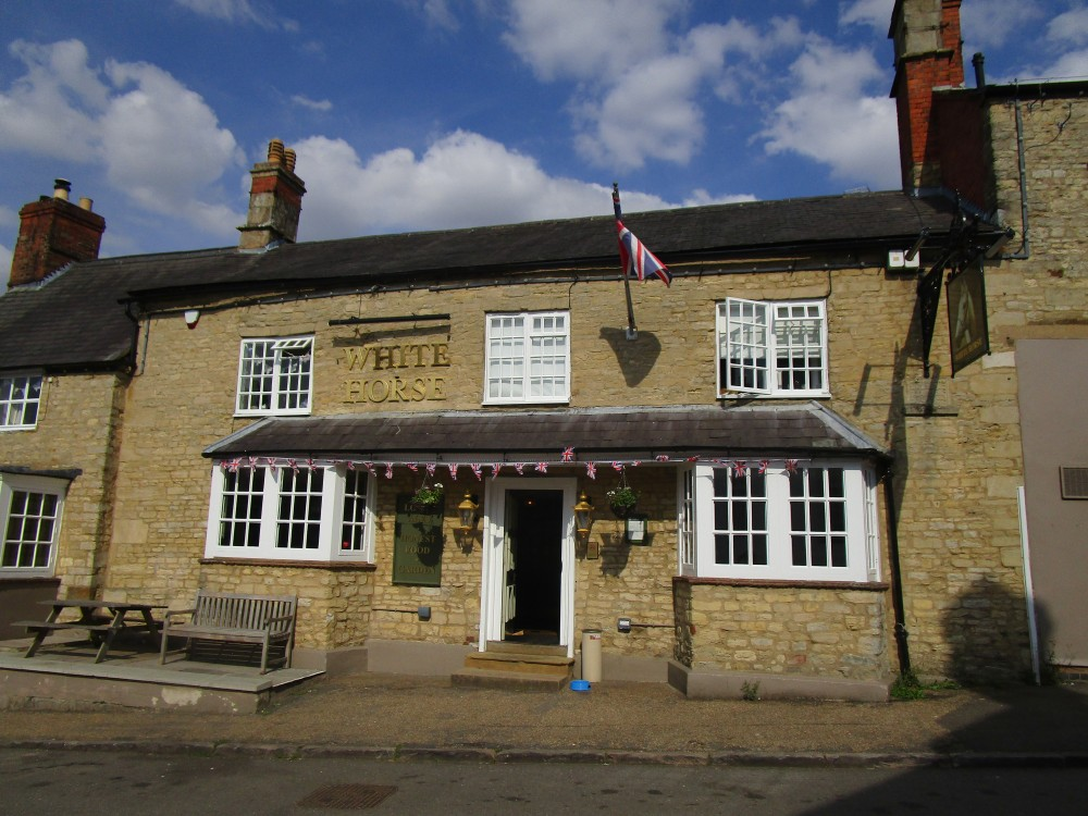 A43 dog-friendly pub and dog walk near Silverstone, Northamptonshire - Dog walk and dog-friendly pub Northamptonshire