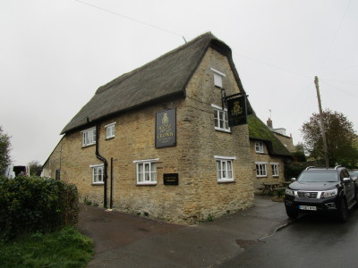 M40 Junction 10 dog-friendly pub and dog walk, Charlton, Northamptonshire - Driving with Dogs