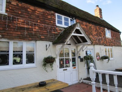 M26 Low Weald dog walk and dog-friendly pub, Kent - Driving with Dogs