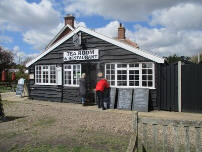 Dog-friendly beach, pub with B&B, walkies and tea rooms, Suffolk - Driving with Dogs