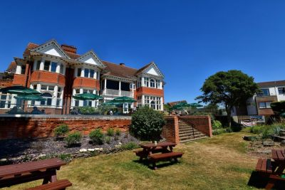 A337 dog-friendly pub and dog walk near Lymington, Hampshire - Driving with Dogs